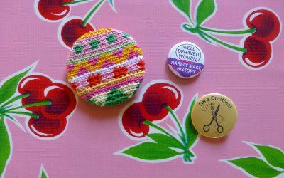 Flerfärgsvirkad pin av restgarner, steg för steg