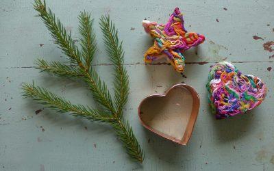 Lucka 4 – julgransdekoration av garnstumpar