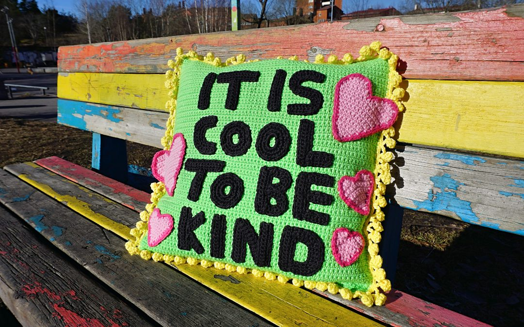 Virkad kudde: It is cool to be kind