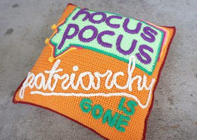 Hocus pocus! Patriarchy is gone! – ännu en virkad kudde