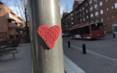 Mönster på virkat hjärta, sprid kärlek